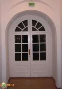 Дверь деревянная входная с аркой, материал Дуб. Вид из помещения.