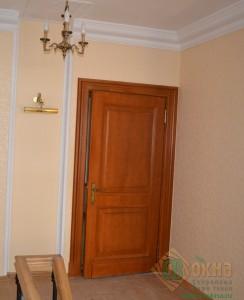 Дверь филенчатая с декоративным штапиком в интерьере.
