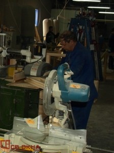 Механическая шлифовка деревянной рамы.